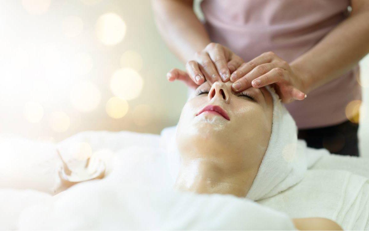 paciente recibiendo tratamiento para eliminar acne
