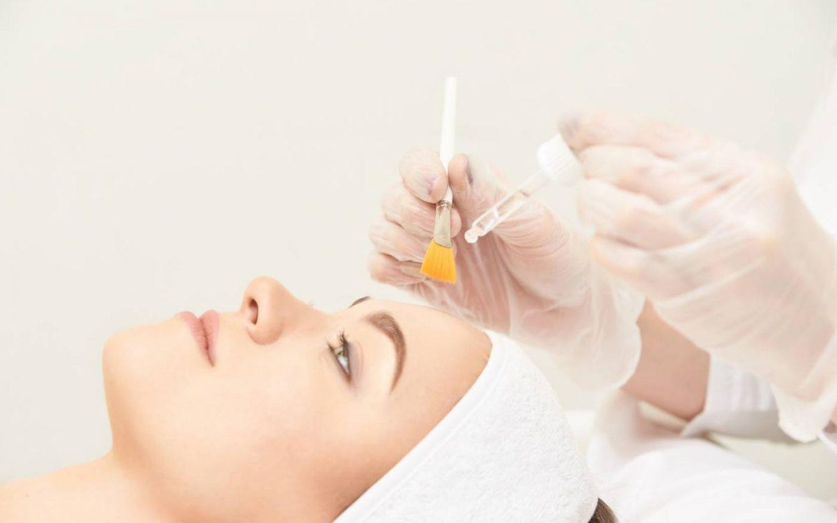 medico iniciando tratamiento de peeling quimico