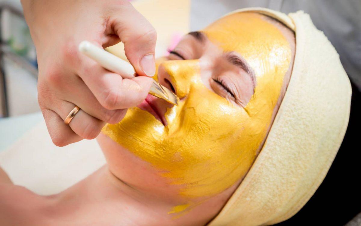aplicacion de producto en paciente para peeling quimico facial