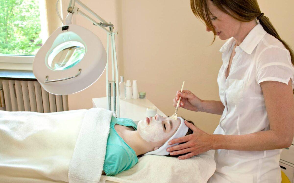 enfermera aplicando tratamiento de rejuvenecimiento facial a paciente