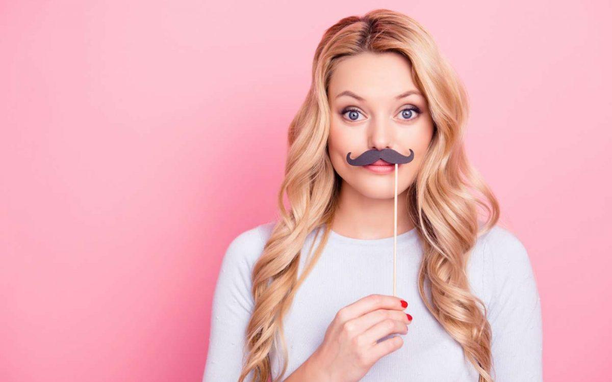 mujer con bigote falso simulando antes de depilación facial
