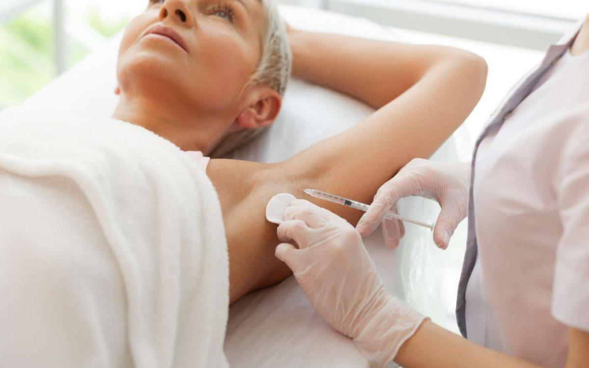 enfermera aplica inyección en axila tratamiento hiperhidrosis