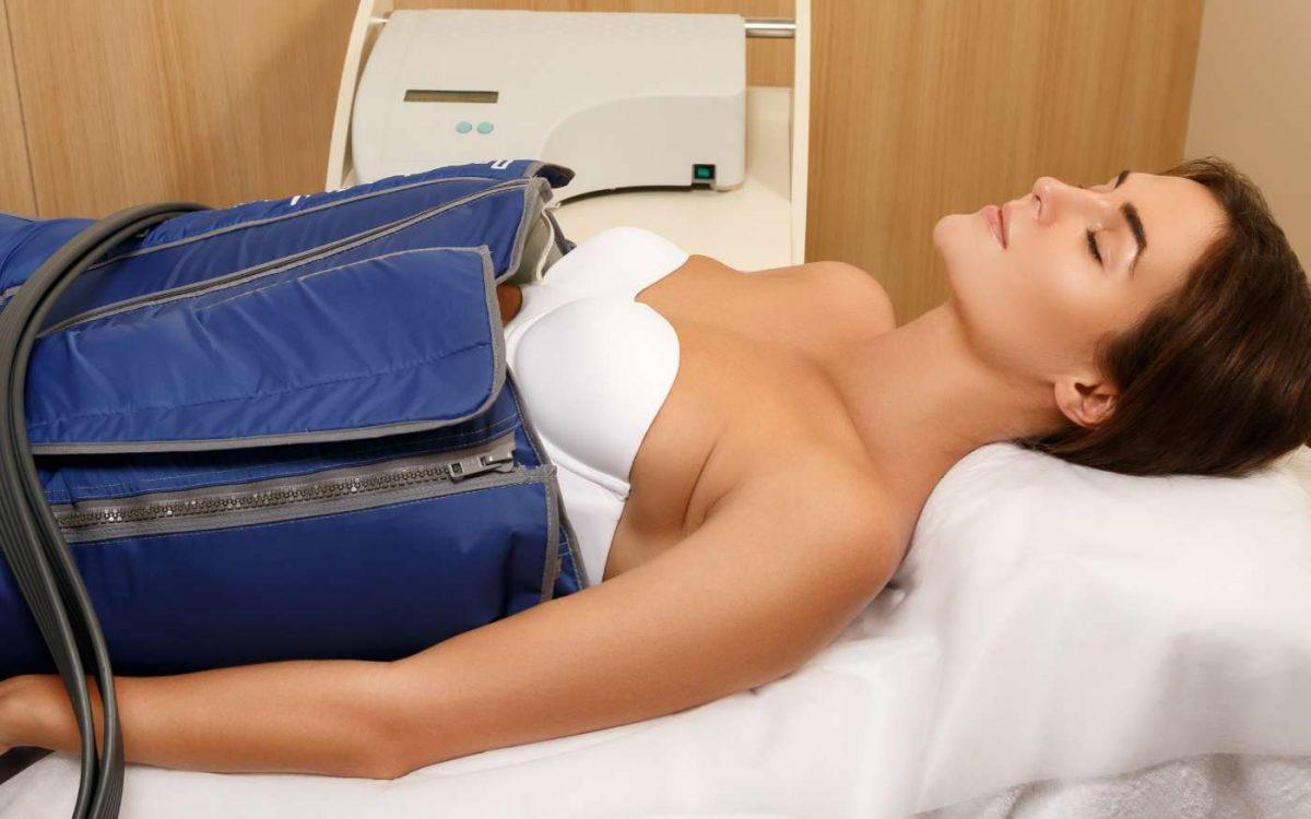 mujer recibiendo tratamiento de presoterapia