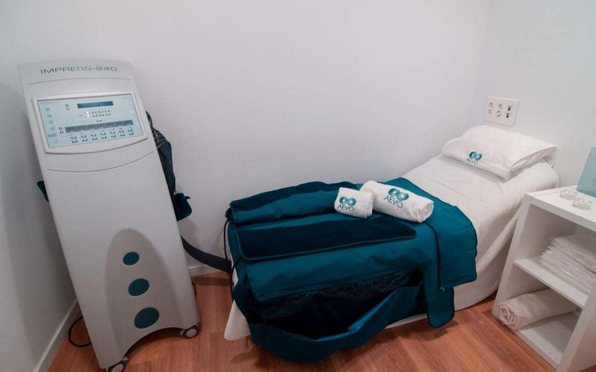 habitación con máquina para tratamiento de presoterapia
